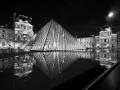 Reflet de la pyramide du Louvre par Franck Vervial