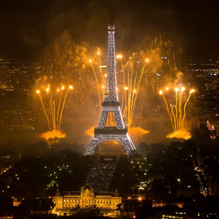 Июль в Париже - время феерверков (Fireworks on Eiffel Tower | y.caradec | Flickr)