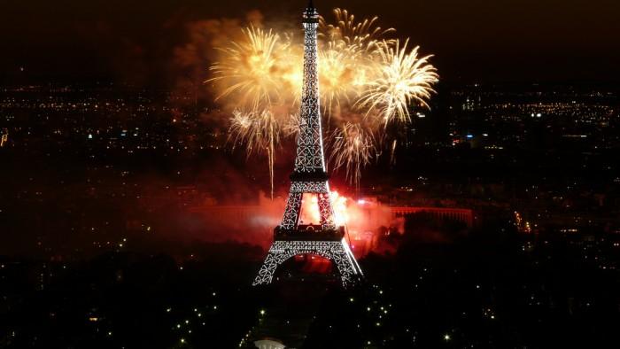 Лето - пора чудных феерверков (Feu d'artifice du 14 juillet 2008 sur le site de la Tour Eiffel à Paris vu de la Tour Montparnasse - Fireworks on Eiffel TowerBy y.caradec)