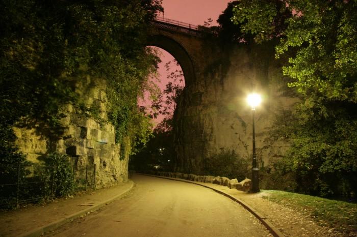 Этот парк - один из самых романтичных (Parc des Buttes-Chaumont Nocturne by (vincent desjardins)@Flickr)
